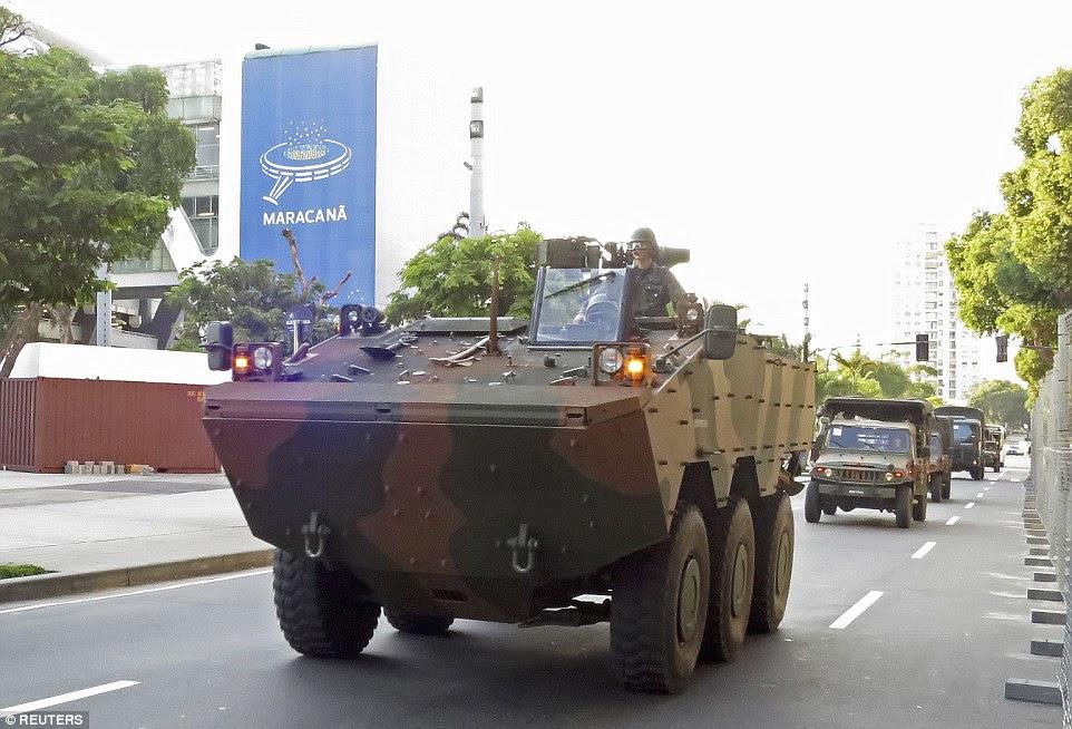 Correr riscos: Uma transportadora exército blindado leva um comboio de veículos militares passado, o Estádio do Maracanã