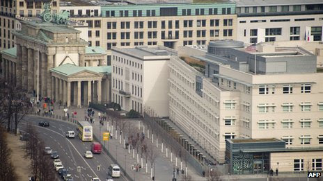 The US embassy (R) is seen next to the landmark Brandenburg Gate in Berlin (25 October 2013)