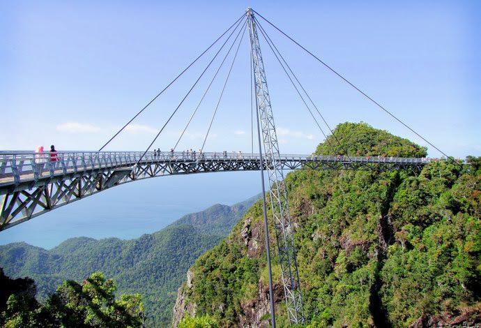 يوفر الجسر إمكانية المشي على القدمين