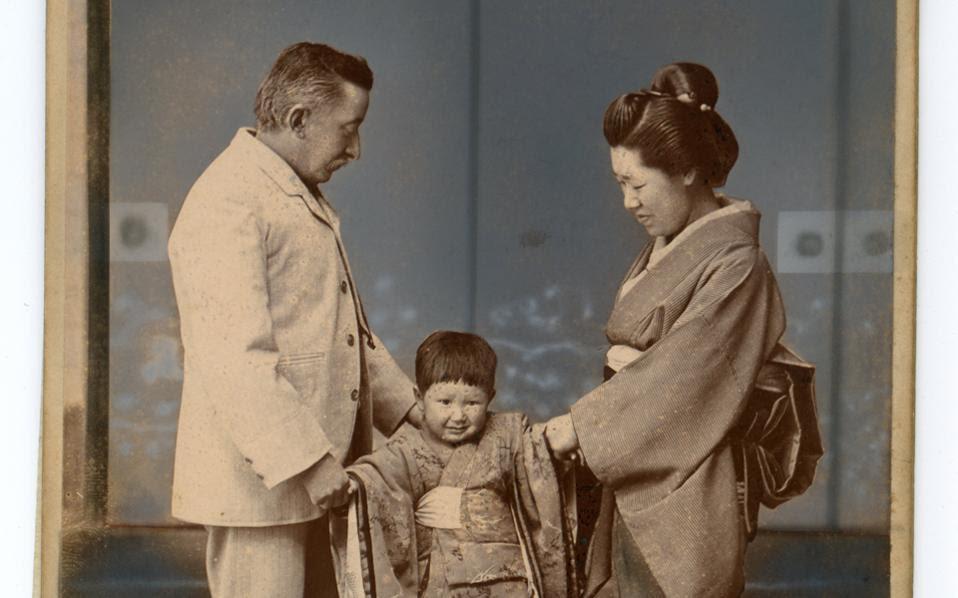 Ο Λευκάδιος Χερν με τη σύζυγό του Σετζούκο Κοϊζούμι και τον μικρό του γιο, Καζούο, στο Κουμαμότο της Ιαπωνίας το 1895. Η φωτογραφία προέρχεται από το βιβλίο «Ο πατέρας μου και εγώ» που έγραψε αργότερα ο Καζούο. Με τη Σετζούκο ο Χερν απέκτησε συνολικά τέσσερα παιδιά.