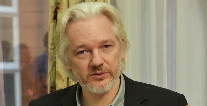 El fundador de WikiLeaks Julian Assange durante una rueda de prensa en la embajda de Ecuador en Londres, donde se encuentra refugiado. REUTERS/John Stillwell