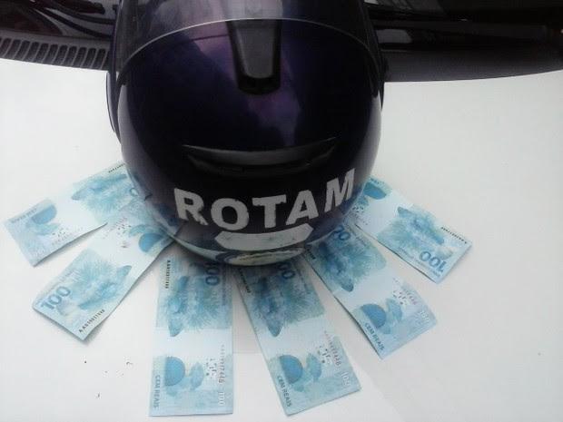 Mulher é presa com notas falsificadas (Foto: Guarda Municipal de São Vicente)