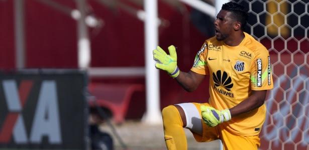 Goleiro Aranha, do Santos, reclama com a zaga durante jogo contra o Vitória