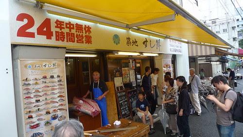 Guy cutting up tuna outside the Sushisen shop at Tsukiji