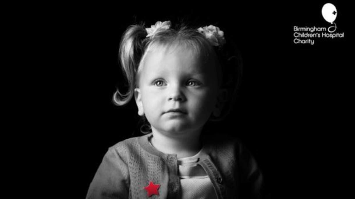 Kadie-Leigh sofre de condição que afeta rim e bexiga e só foi vista em outras três crianças no mundo (Foto: Kris Askey/Birmingham Children's Hospital)