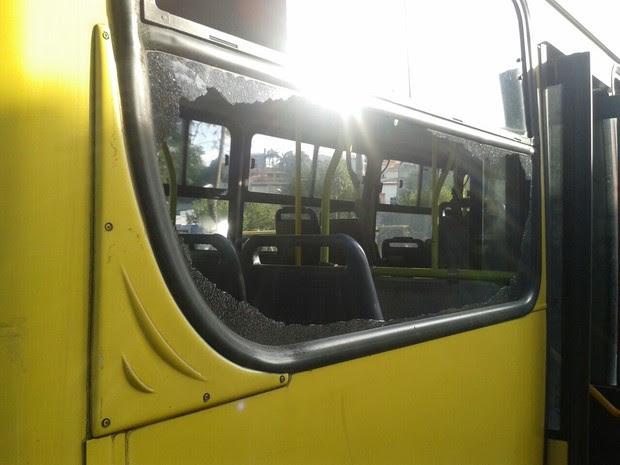 Jovens apedrejaram ônibus depois de saírem de balada em São Roque (Foto: Divulgação/Polícia Militar)