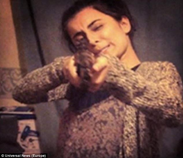 Madihah Taheer avec une arme à feu dans une image postée en ligne