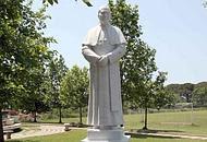 La statua dell'arcivescovo
