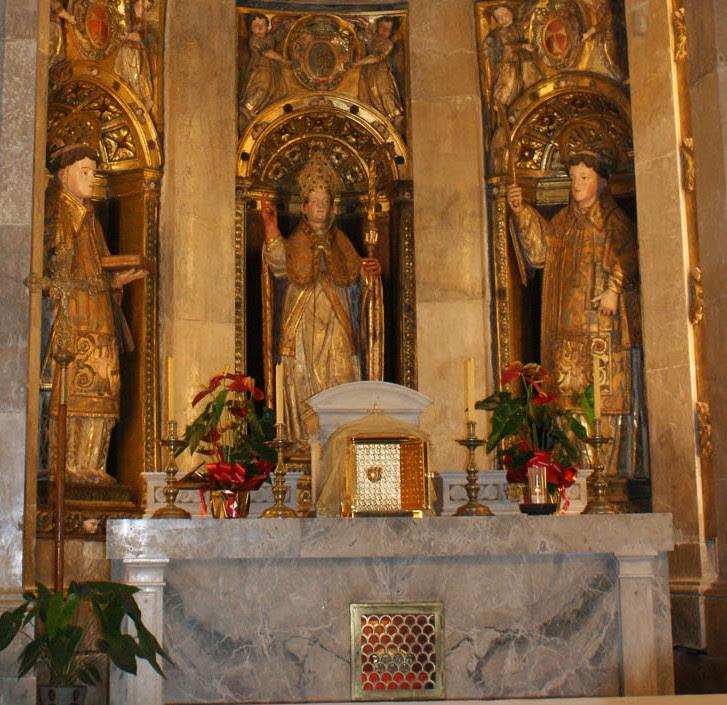 Capilla de San Fructuoso y compañeros en la catedral de Tarragona (España). En el interior del altar se halla la pequeña urna con sus cenizas.