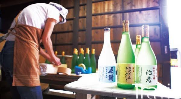 미쿠니하레 양조장이 일본 '아버지의 날'을 맞아 사케 라벨에 아버지 이름을 써 주는 이벤트를 하고 있다.