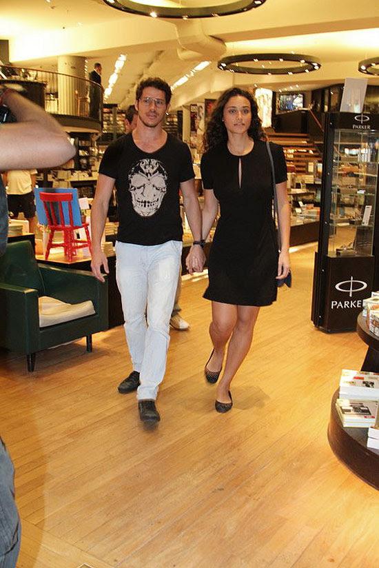 José Loreto e Débora Nascimento logo apareceram publicamente de mãos dadas