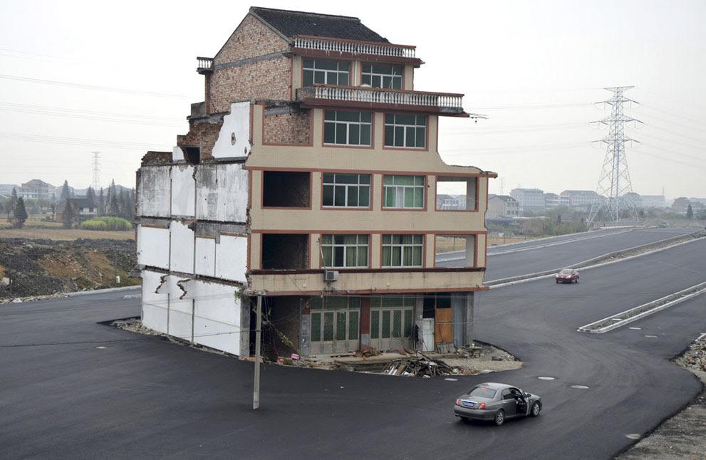 Για περισσότερα από τέσσερα χρόνια το ζευγάρι αρνείται πεισματικά να λάβει το πόσο των 260.000 Γουάν που τους προσφέρουν οι τοπικές αρχές του Daxi για να απαλλοτριώσουν το κτήριο.  Το ζευγάρι έδωσε δικαστική μάχη και τελικά την κέρδισε με αποτέλεσμα να κατασκευαστεί ο δρόμος αλλά το σπίτι τους να μείνει όρθιο στη μέση. Η περίπτωση τους δεν είναι μοναδική στην Κίνα, καθώς πολλοί άνθρωποι έχουν αντισταθεί στις απαλλοτριώσεις και έχουν κερδίσει το δικαίωμα να διατηρήσουν τα σπίτια τους. Σημειώνεται ότι στην Κίνα απαγορεύεται αυστηρά η απαλλοτρίωση ακινήτων, εφόσον δεν υπάρχει η συγκατάθεση του ιδιοκτήτη.