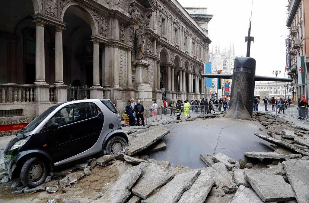 Um submarino no meio da rua! Foi isso que alguns moradores de Milão viram ao acordar. Acreditando ser um acidente real, eles na verdade acabaram fazendo parte de uma jogada comercial de uma companhia de seguros.