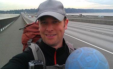 Richard Swanson, de 42 anos, partiu da cidade de Seattle, em 1º de maio, levando apenas uma mochila e uma bola azul. Foto: Facebook/Breakaway Brazil/Reprodução