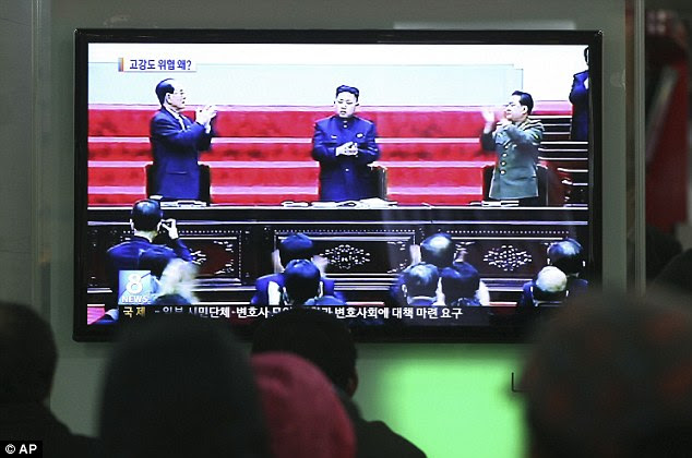 South Koreans watch a TV news report showing featuring lKim Jong Un at Seoul Railway Station in Seoul