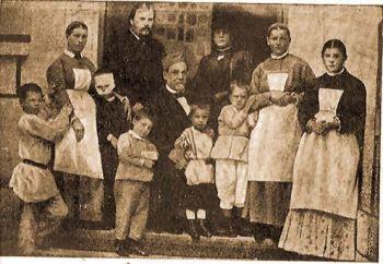 Pasteur (ül) és Mecsnikoff (áll) a veszettségből kigyógyított gyermekek között.