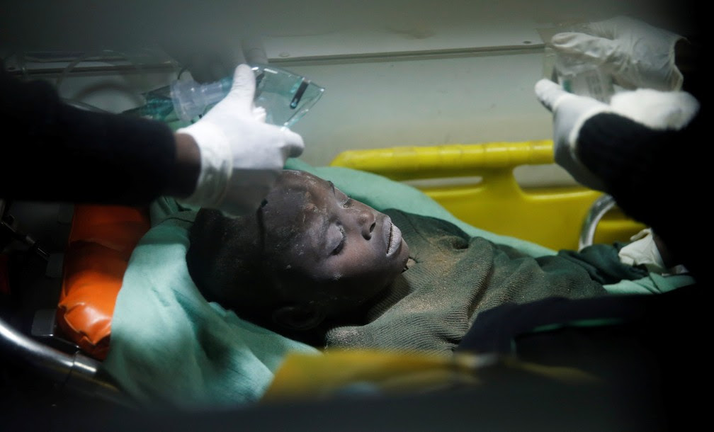 Criança é resgatada com vida de prédio de sete andares que desmoronou nesta terça-feira (13) no Quênia (Foto: REUTERS/Baz Ratner)