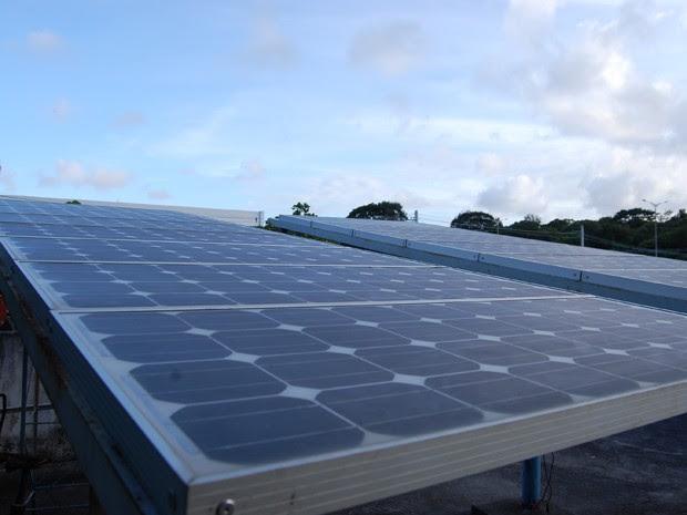 Placas fotovoltaicas estão em fase de instalação na UFPB; departamento terá prédio com geração de energia solar no teto (Foto: Krystine Carneiro/G1)