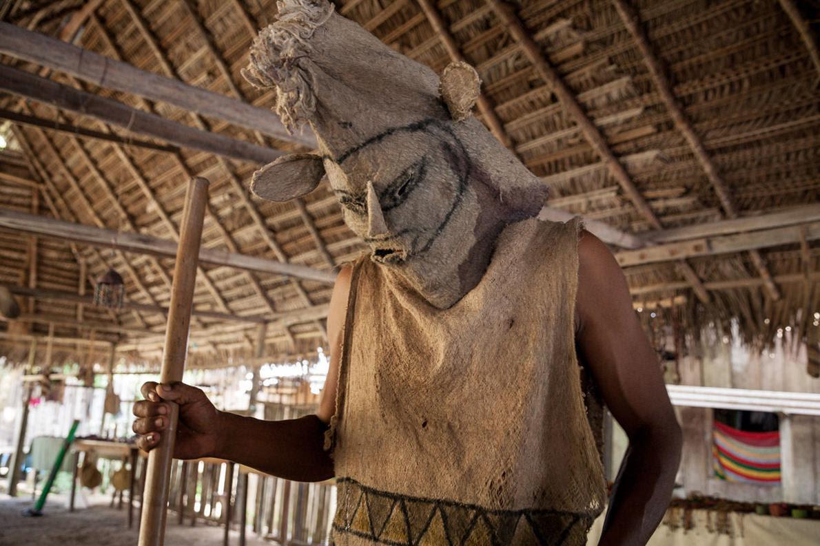 Η τελετουργία του χορού αρχίζει. Οι Ινδιάνοι όταν χορεύουν δεν σηκώνουν τα πόδια από τη γη, γιατί τη θεωρούν ιερή. Ο Μάικλ Τζάκσον είχε παραδεχτεί σε μια συνέντευξή του ότι από τους χορούς των Ινδιάνων άντλησε πολλά στοιχεία για να δημιουργήσει το καταπληκτικό χορευτικό στυλ του.