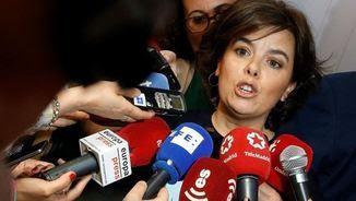 Soraya Sáenz de Santamaría, aquest dijous, atenent els periodistes (EFE)