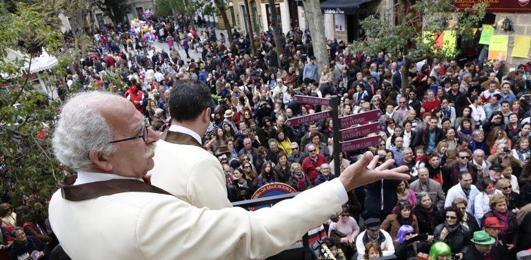 El carrusel de coros del Carnaval de Cádiz a su paso por la plaza Mina
