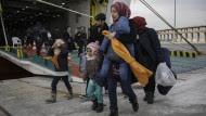Ein Flüchtlingsfamilie im Hafen von Piraeus