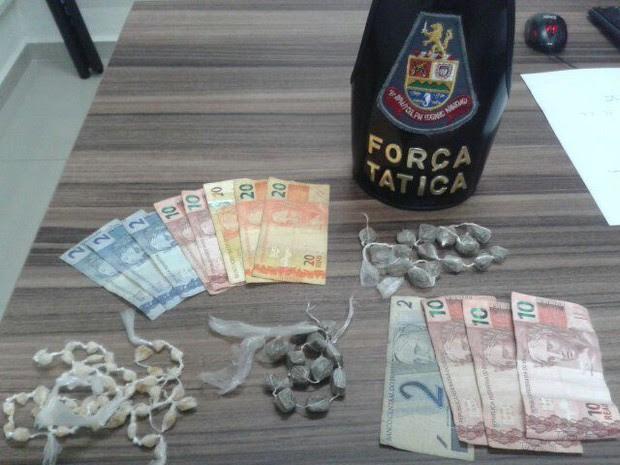 Dois foram presos com 50 porções de maconha e 50 peedras de crack (Foto: Divulgação/Polícia Militar)