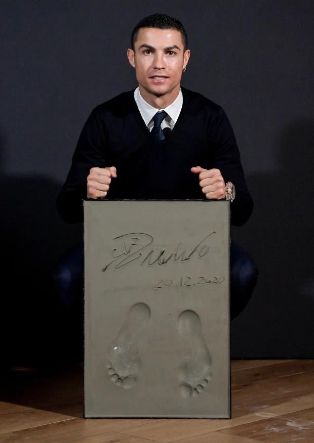 Cristiano Ronaldo wins the Golden Foot award before his arch-rival Lionel Messi (Photos)
