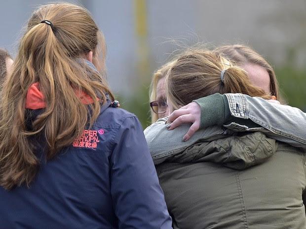 Estudantes choram ao receberem a notícia da queda do avião com alunos alemães a bordo (Foto: Martin Meissner/AP)