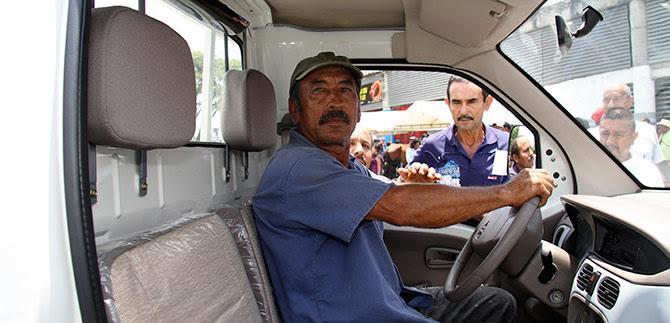 Carretilleros de la comuna 15 cambian forma de trabajar, apoyados por la Alcaldía