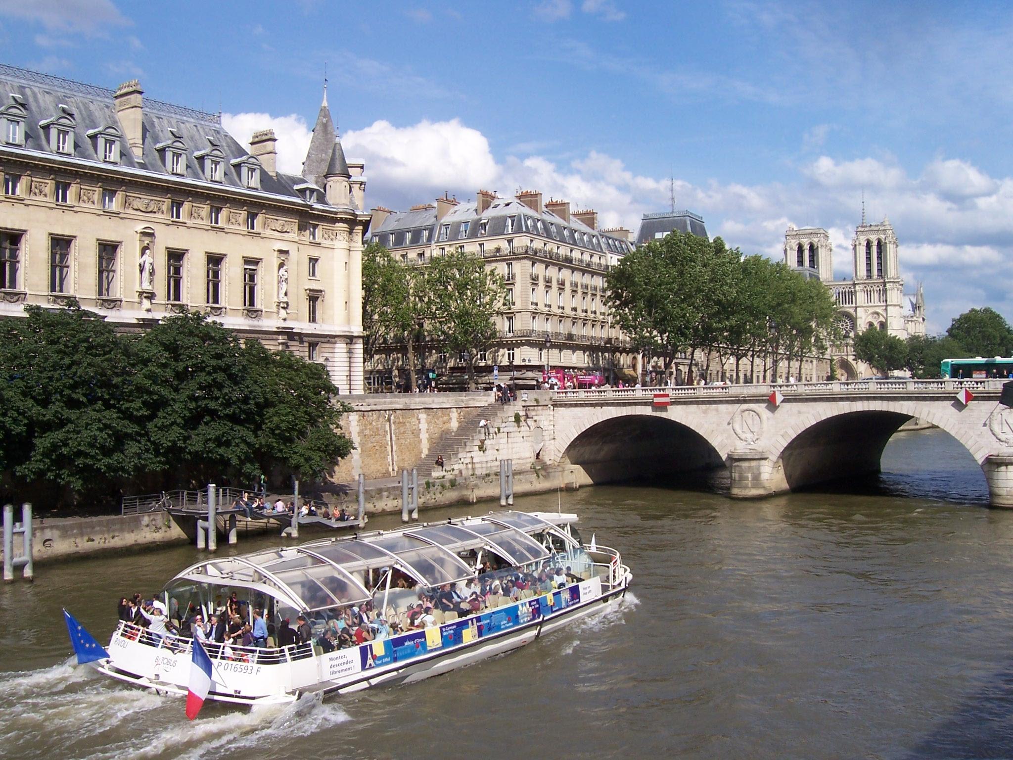Photo du Pont Saint Michel avec bateau-mouche sur la Seine à Paris