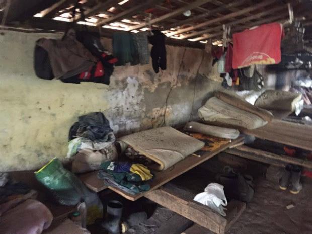 Trabalhadores estavam alojados em curral, ao laddo de cavalos, sem as mínimas condições de higiene (Foto: Divulgação/Polícia Rodoviária Federal)