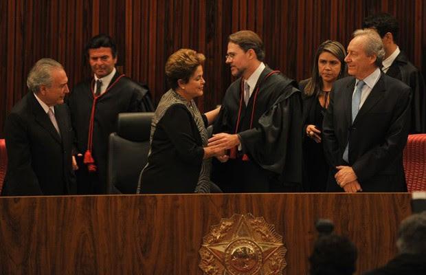O ministro Dias Toffoli cumprimenta a presidente Dilma Rousseff durante cerimônia de posse no TSE (Foto: José Cruz / Agência Brasil)