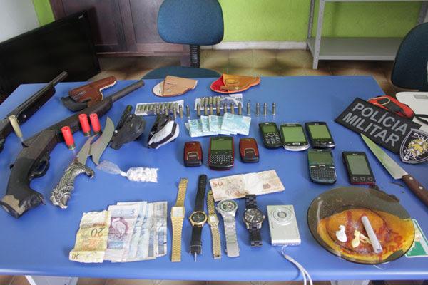 Armas, drogas, dinheiro e telefones foram apreendidos durante apreensão