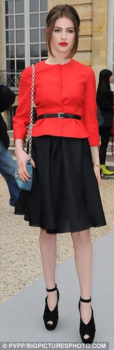 Damas de vermelho: Famosos prole Amber Le Bon (L) e Tali Lennox mantido coisas brilhantes