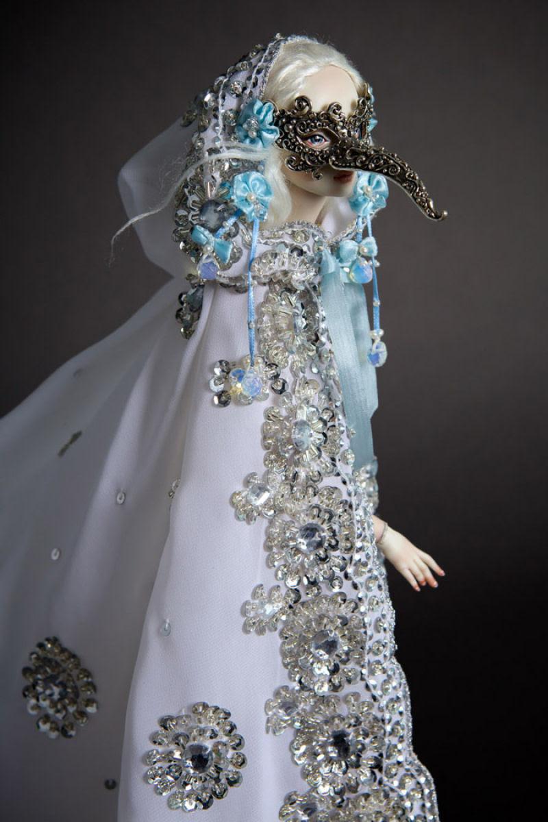 Elegantes bonecas lacrimejantes transmitem a complexidade das emoções humanas 16