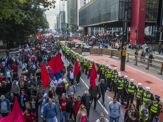 Professores caminham pela Avenida Paulista em direção à Brigadeiro Luís Antônio, na região central de São Paulo, após aprovarem em assembleia a continuidade da greve que foi declarada em 13 de março (Foto: Cris Faga/Fox Press Photo/Estadão Conteúdo)