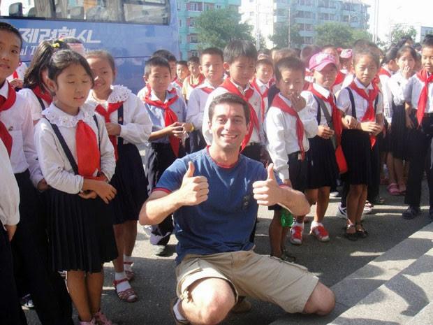 Guilherme Bahia com crianças norte-coreanos (Foto: Guilherme Bahia/Arquivo pessoal)