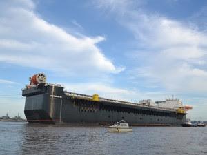 Casco da P-66 deixa o Polo Naval de Rio Grande (Foto: Mauricio Gasparetto/RBS TV)