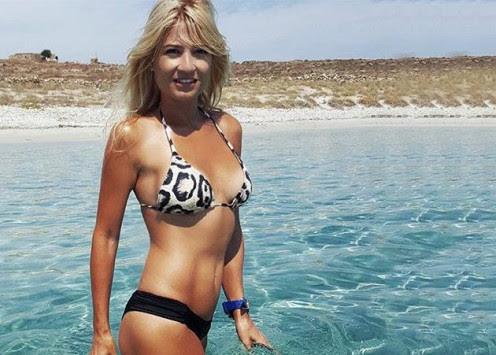 Η καυτή πόζα της Φαίης Σκορδά στη θάλασσα!