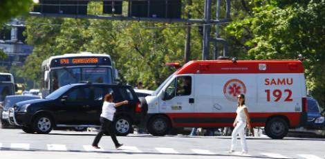 Motoristas que atuam em casos de emergência sofrem no trânsito para conseguir agilizar atendimentos / Foto: Marcelo Pastich / JC Imagem