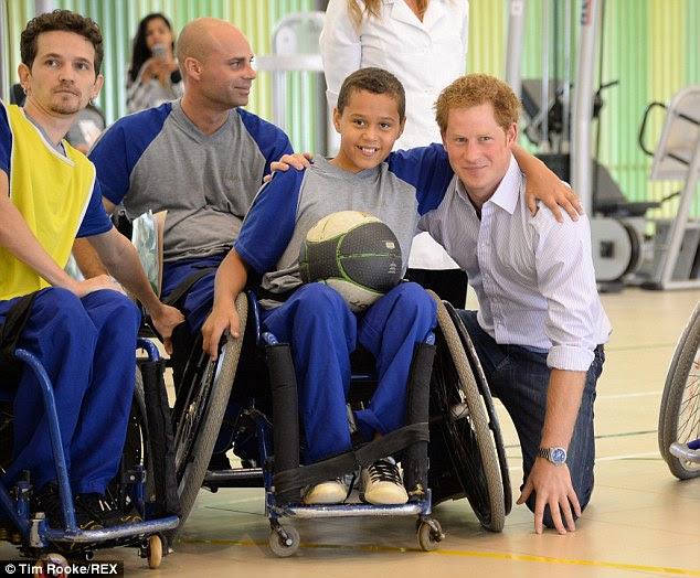 Tudo sorri: Um menino recebe um abraço de príncipe Harry durante a sua visita ao hospital Sarah Rede em Brasília
