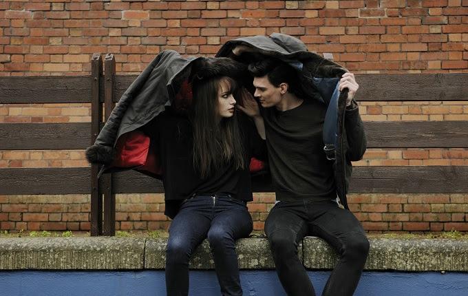 Teknologi yang kian canggih memudahkan pasangan dalam menjalin kekerabatan menyerupai aplikasi  Media Sosial Dapat Mendekatkan Bung dengan Si Nona, namun Bisa Juga Menjauhkan