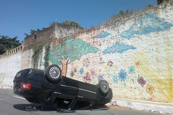 Bandidos tentam roubar carro e automóvel cai de altura de quase dez metros