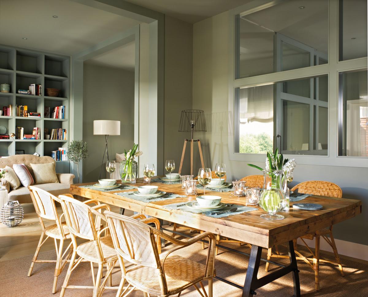 00342791. Comedor con salón de fondo, pintado de verde. Cristalera, mesa de madera y sillas de fibra 00342791