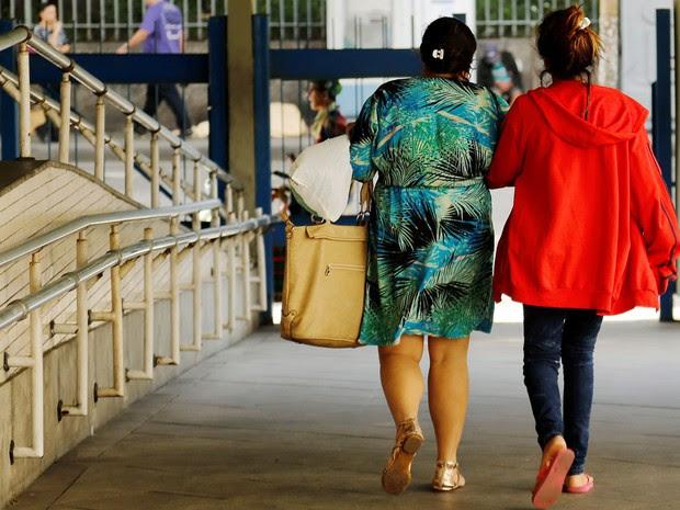Adolescente de 16 anos deixa o hospital Souza Aguiar com a mãe após estupro coletivo no Rio (Foto: Gabriel de Paixa/Agência O Globo)
