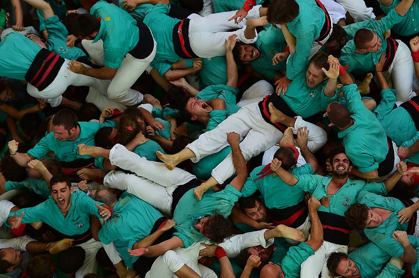 castells-human-towers-catalonia-spain-designboom-19