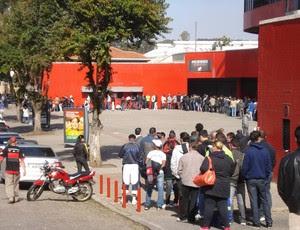Torcidas fazem fila para comprar ingresso (Foto: Fernando Freire / Globoesporte.com)