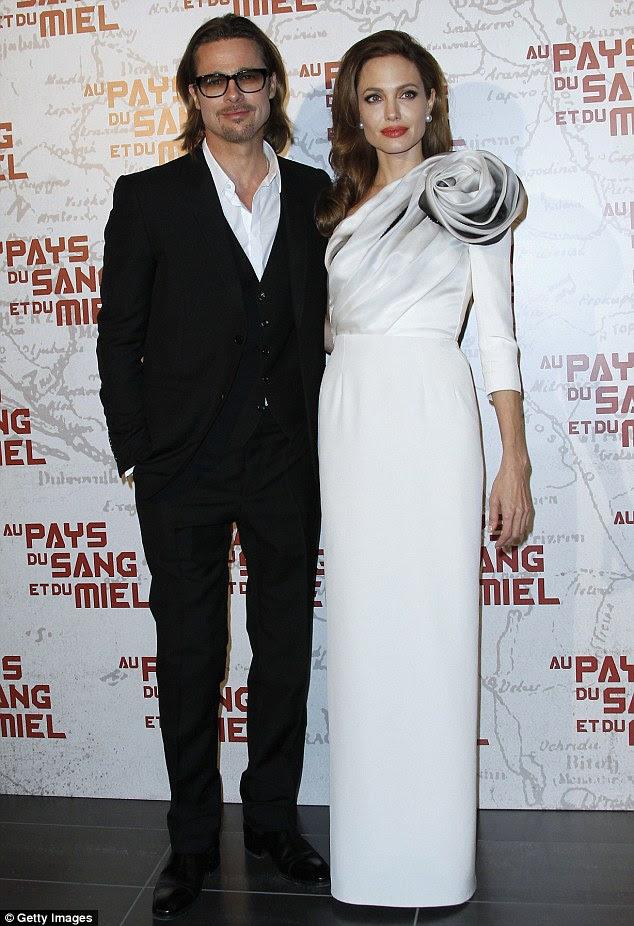 O casal de energia: Angelina e Brad Pitt levou para o tapete vermelho hoje em Paris à procura surpreendente