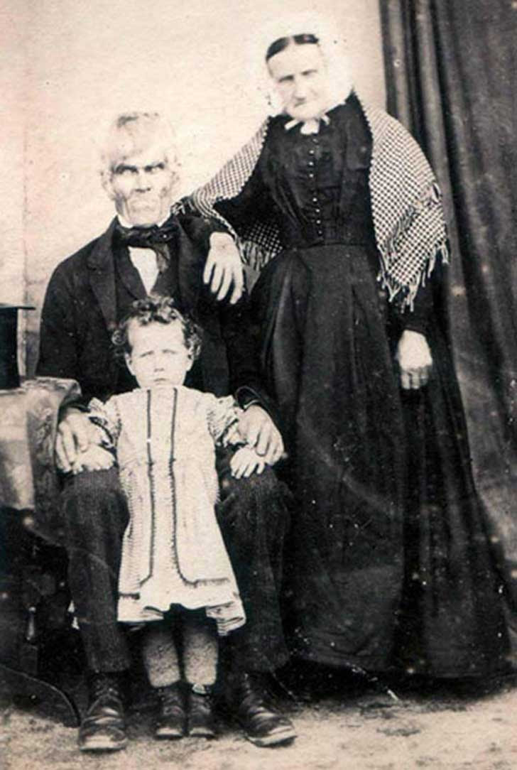 scary-creepy-real-photos-vintage-family-portrait